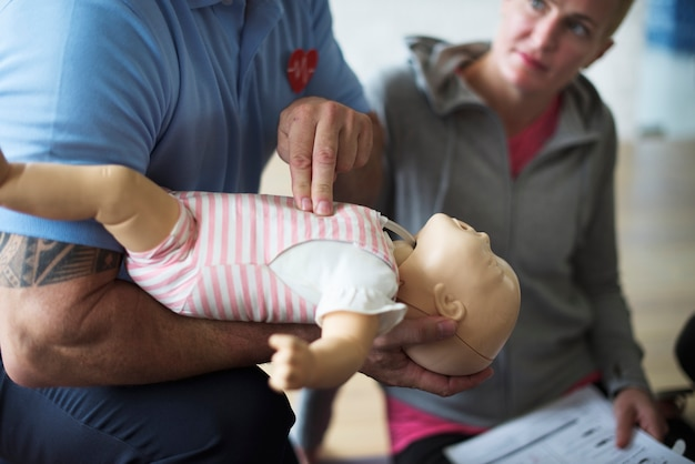 Baby cpr first aid training Premium Photo
