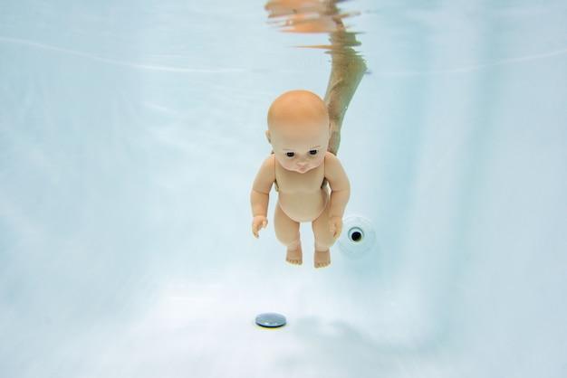 Кукла под водой Premium Фотографии