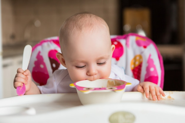 Baby and eats independently Premium Photo