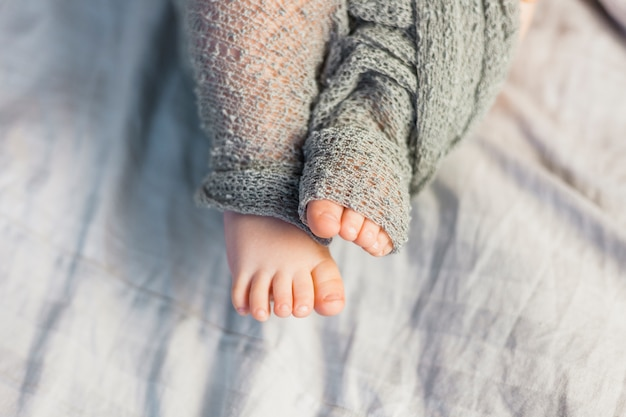 Baby feet covered with blanket Premium Photo