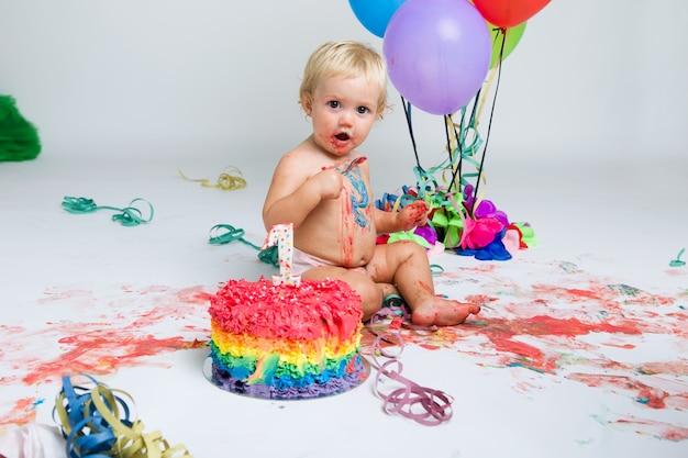 Девочка, празднующая свой первый день рождения с тортом для гурманов и ба Бесплатные Фотографии