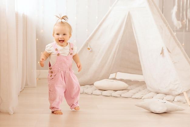 Девочка играет в детской Premium Фотографии