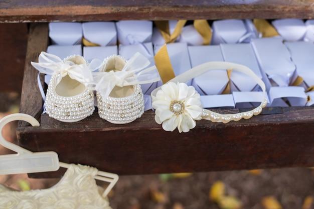 Baby girl shoe and headband - baptism Premium Photo
