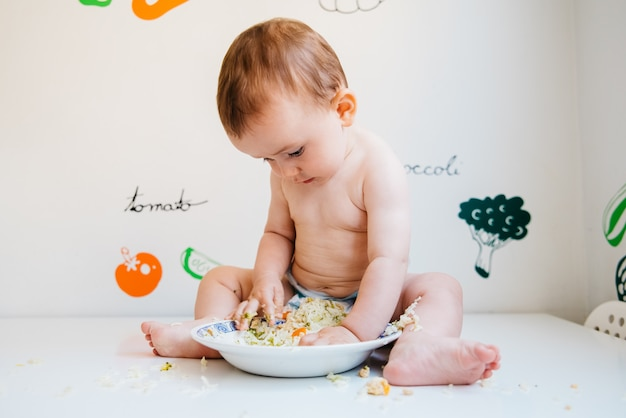 Baby-led weaning is a complementary feeding method in which the baby itself, from 6 months of age, takes whole foods to the mouth. Premium Photo