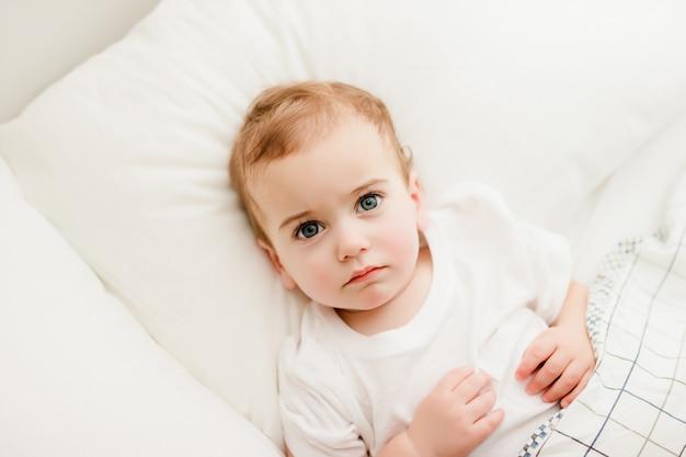 아기가 베개에 누워 올려다 프리미엄 사진