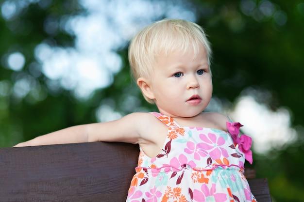ベンチに座っている赤ちゃん Premium写真