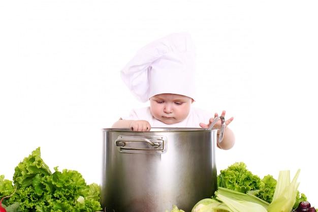 野菜に囲まれた帽子のシェフと赤ちゃん 無料写真
