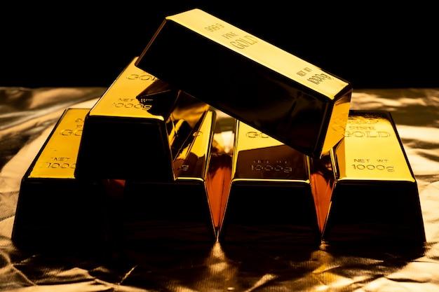 Закройте вверх золота в слитках на черном bacground. финансовая концепция Premium Фотографии