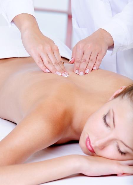 Massaggio alla schiena per la giovane donna graziosa Foto Gratuite