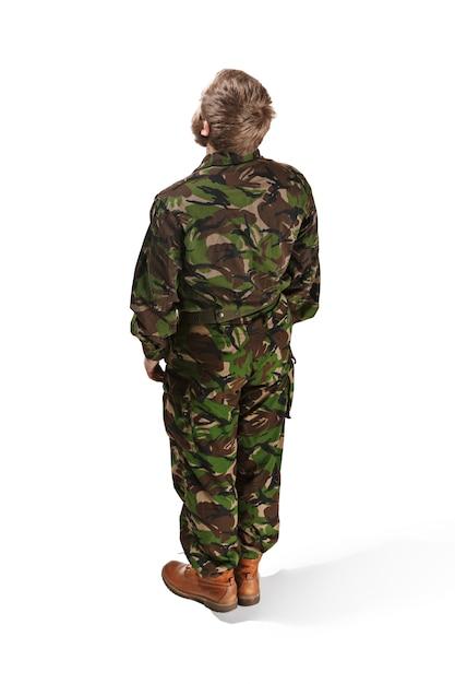 白いスタジオに分離された迷彩服を着ている若い陸軍兵士の裏 無料写真