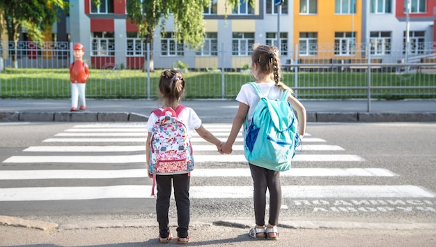 2 kanak-kanak sedang melintas jalan di 'zebra cross'  dengan hati-hati demi keselamatan diri