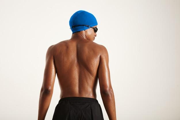 青い帽子をかぶった若い強いアフリカ系アメリカ人のスイマーの筋肉の濡れた背中のバックショット 無料写真