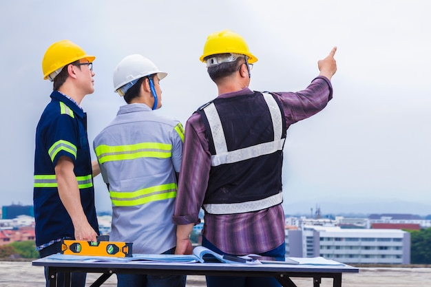 back-side-asian-construction-engineer-his-foremen-working-pointing-construct_41451-413.jpg (626×417)