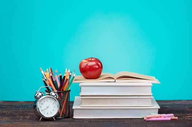 학교 개념으로 돌아 가기 책, 색연필 및 시계 무료 사진