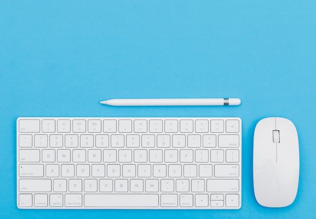 연필, 키보드, 파란색 배경 평면에 마우스 학교 개념으로 돌아 가기. 무료 사진