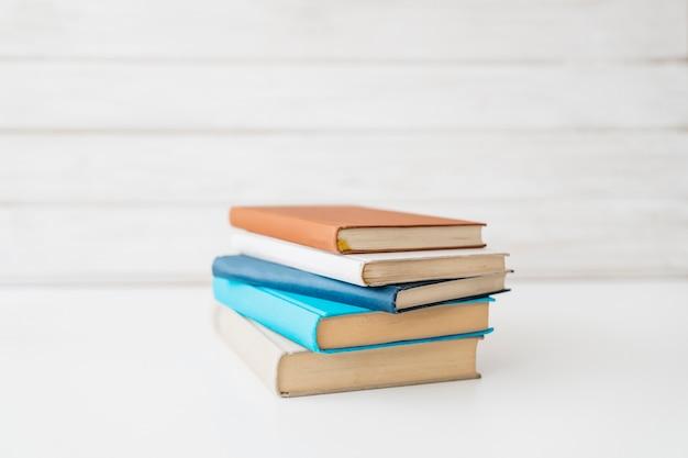 Назад к школьному оформлению с книгами Premium Фотографии