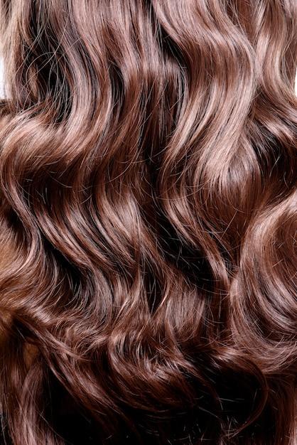 Vista posteriore della donna castana con capelli ricci ...