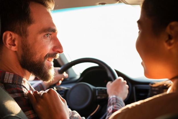Coppie di vista posteriore che esaminano a vicenda in macchina Foto Gratuite
