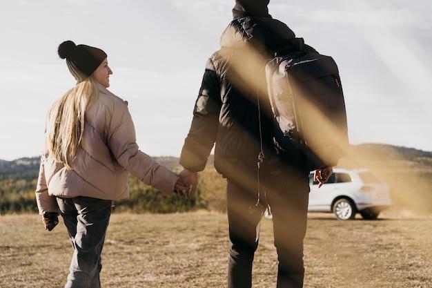 Coppia vista posteriore che camminano insieme Foto Gratuite