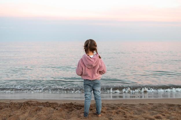 해변에서 다시보기 소녀 프리미엄 사진