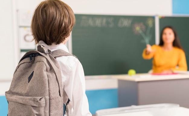 Ребенок вид сзади, глядя на своего учителя Бесплатные Фотографии