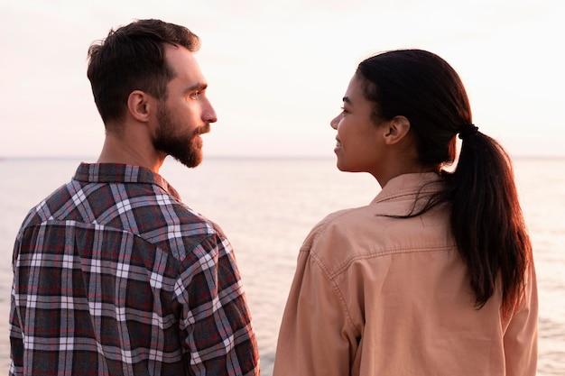 お互いを見ている背面図の男性と女性 無料写真