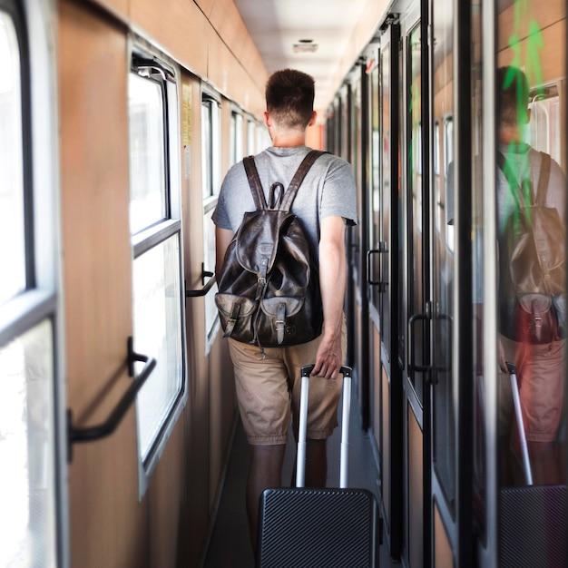 Вид сзади человек идет в поезде Бесплатные Фотографии