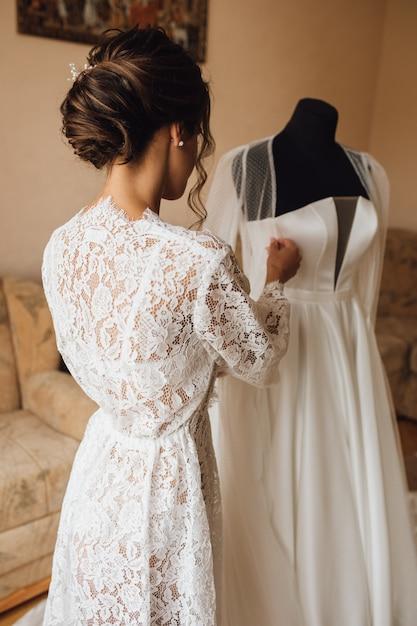 Вид сзади нежной невесты в свадебное утро готовится к свадебной церемонии Бесплатные Фотографии