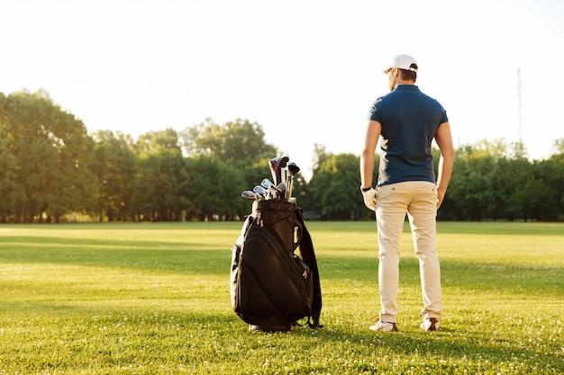 그린 필드에 서있는 젊은 남자의 다시보기 무료 사진