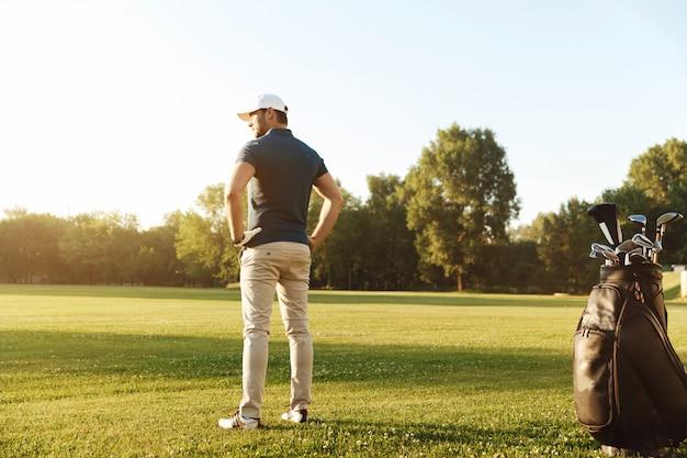 Вид сзади молодого человека с руки на бедрах Бесплатные Фотографии
