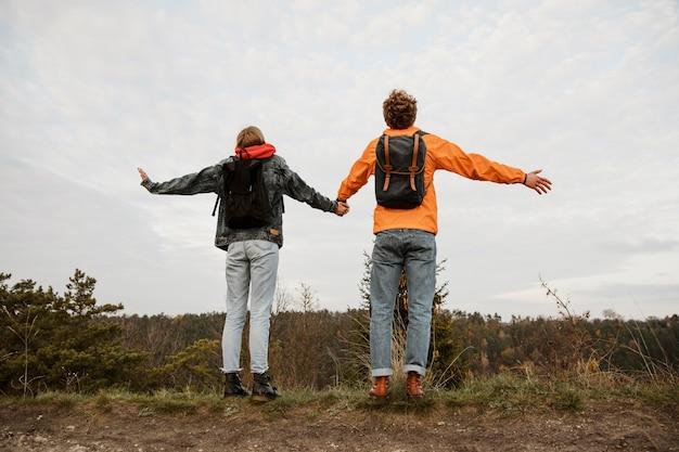 Вид сзади пара, наслаждаясь видом во время поездки Бесплатные Фотографии