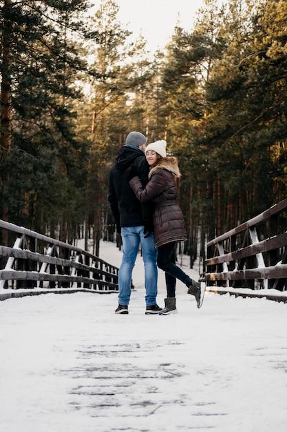 冬の間に一緒に屋外で男性と女性の背面図 無料写真