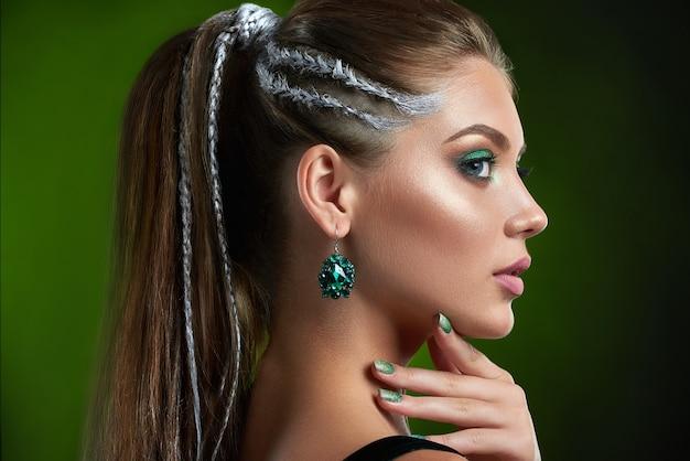 완벽한 청동 피부, 반짝이는 매니큐어와 예쁜 여자의 뒷모습 프리미엄 사진