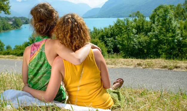 Вид сзади двух лесбиянок на природе Premium Фотографии