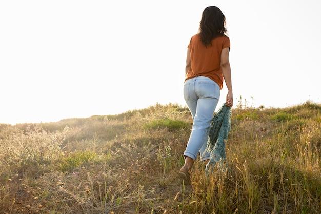 Вид сзади женщины в природе на открытом воздухе Бесплатные Фотографии