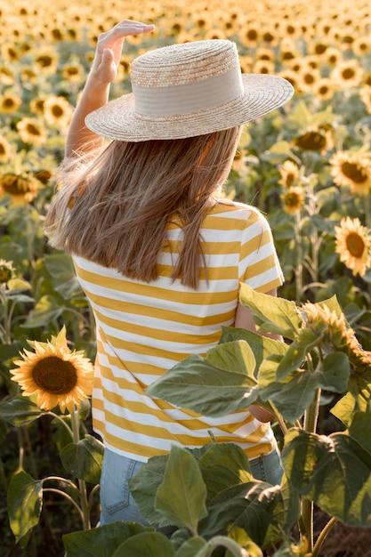 ひまわり畑の背面図女性 無料写真