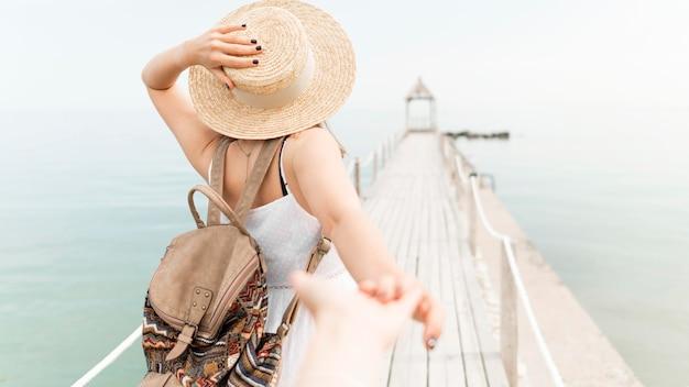 背面図の女性が屋外でポーズ Premium写真
