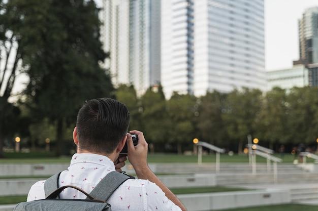 Вид сзади молодой человек фотографирует Бесплатные Фотографии