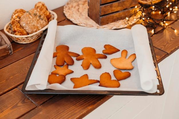 Assortimento di biscotti natalizi sostenuti Foto Gratuite