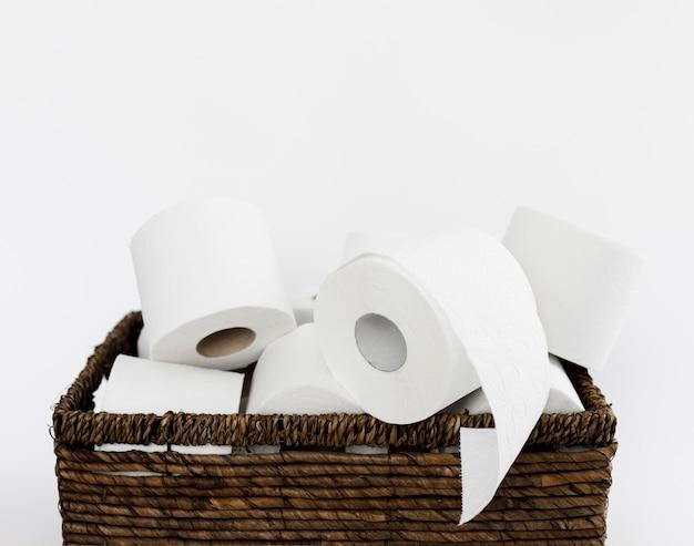 Backet con rotoli di carta igienica Foto Gratuite