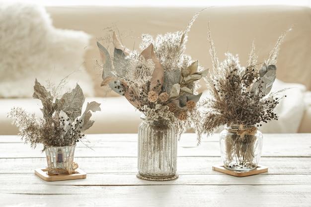 Composizione di sfondo con molti diversi fiori secchi in vasi Foto Gratuite