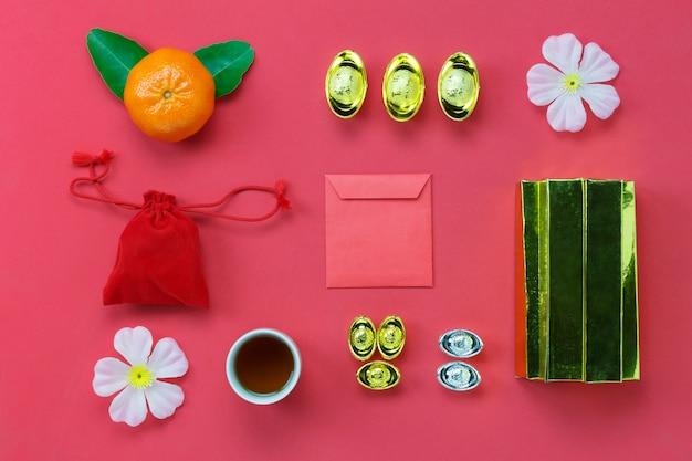 Выше вид верхней украшение счастливый китайский новый год концепции background.mix различные предметы первой необходимости на современных деревенском красном wallpaper.accessory необходимо для фестиваля. свободное пространство для творческого дизайна. Premium Фотографии