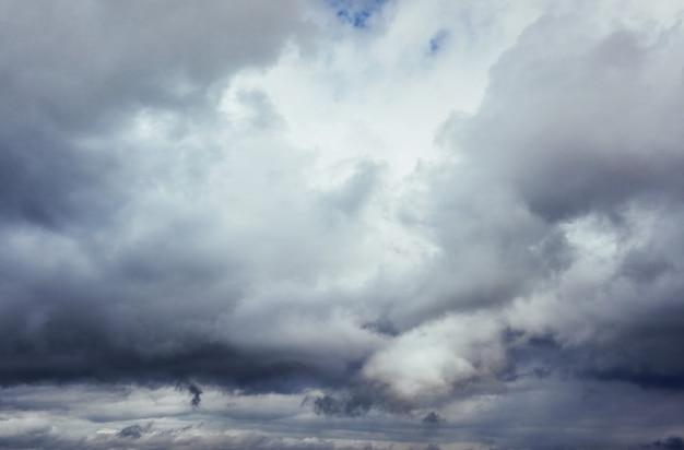천둥 폭풍 전에 어두운 구름의 배경. 극적인 하늘. 무료 사진