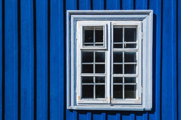 Фон темно-синего цвета стены с окном Premium Фотографии