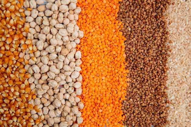 ひき割りトウモロコシ種子ひよこ豆赤レンズ豆ソバと米のトップビューの種類の背景 無料写真