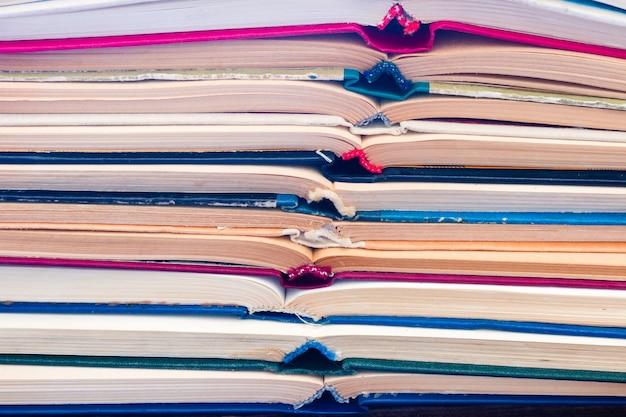 開いているヴィンテージの本の背景 Premium写真