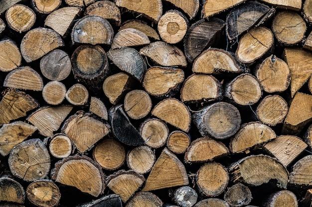 ウッドパイルに積み上げられた刻んだ薪の背景 無料写真