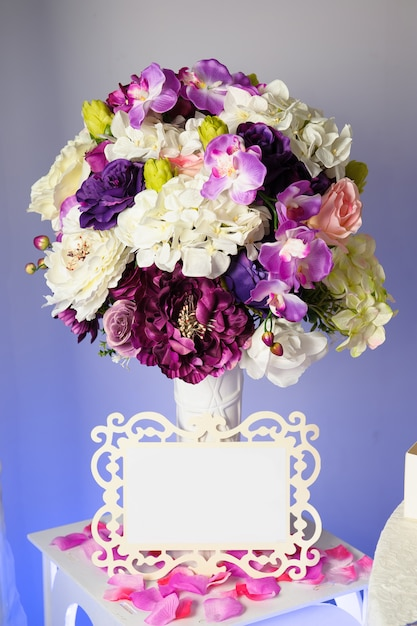 花瓶のカラフルな花とテキストの空のタグの背景 Premium写真