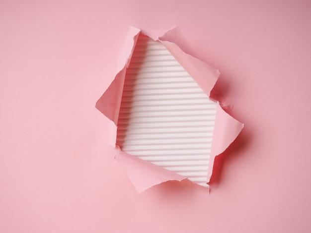 찢어진 된 종이와 배경, 종이에 구멍 프리미엄 사진