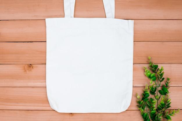 Пробел модель-макета мешка покупок ткани ткани холста сумки тотализатора на деревянном backgroung. Premium Фотографии